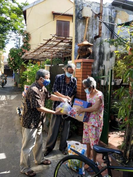 Ban công tác Mặt trận khối An Thái – Phường Minh An: Trao 15 suất quà cho người già yếu, bệnh tật, hộ có hoàn cảnh đặc biệt khó khăn